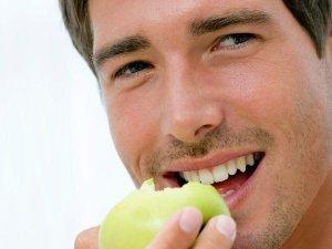hombre con comida saludable